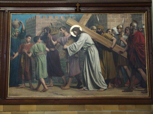 De vijfde statie: Simon helpt het kruis dragen