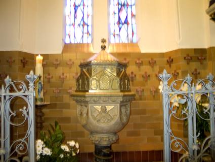 Oude doopkapel met doopvont en gedachteniskruisjes